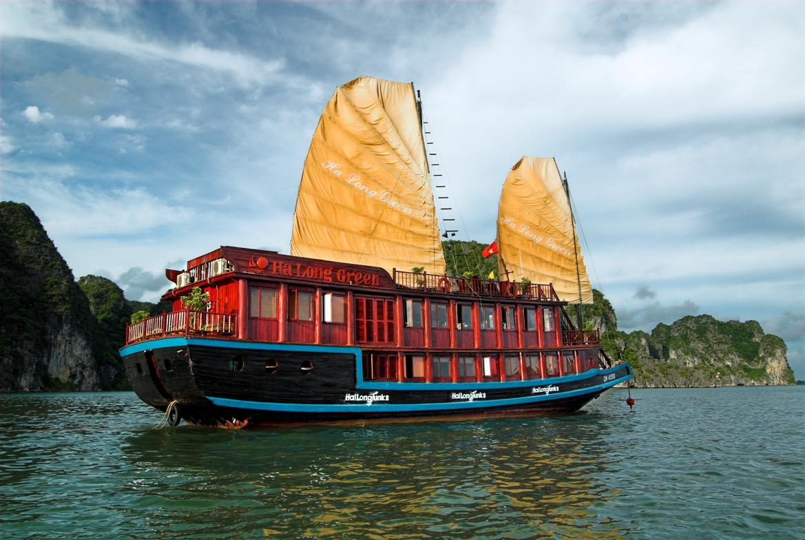 Du lịch trên thuyền tại vịnh Hạ Long