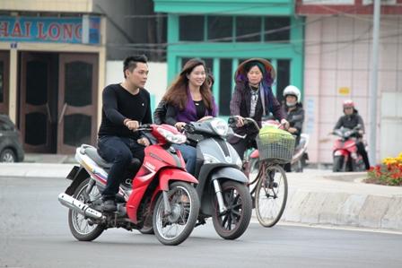 Nhiều người không đội mũ bảo hiểm khi tham gia giao thông
